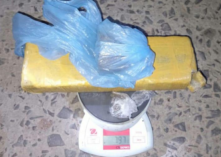Detuvieron a un joven policía chaqueño que intentaba vender marihuana: tenía casi 800 gramos