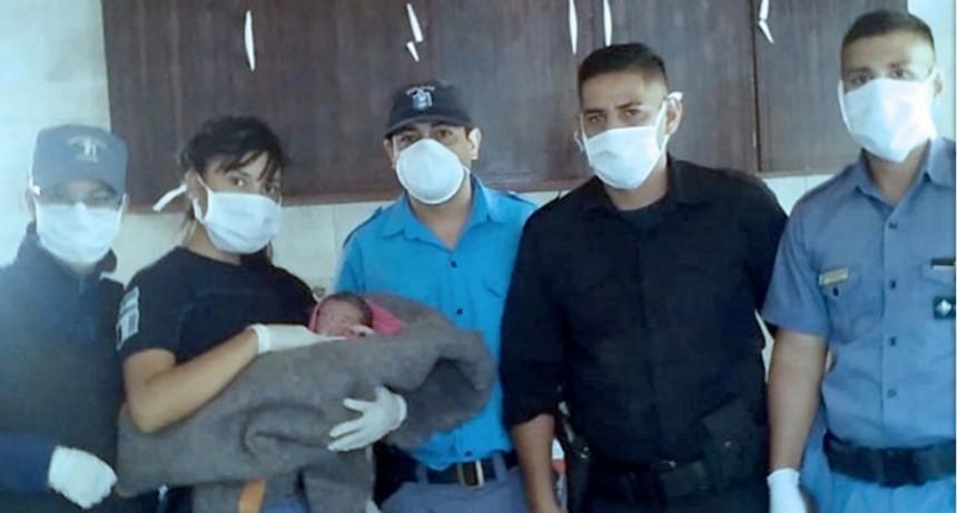 En aislamiento, policías ayudaron a una mujer a dar a luz