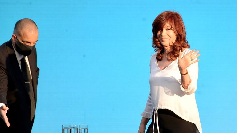 Cristina Kirchner renunció a su sueldo como Vicepresidente porque cobrará dos pensiones vitalicias: igual, aceptó pagar Ganancias