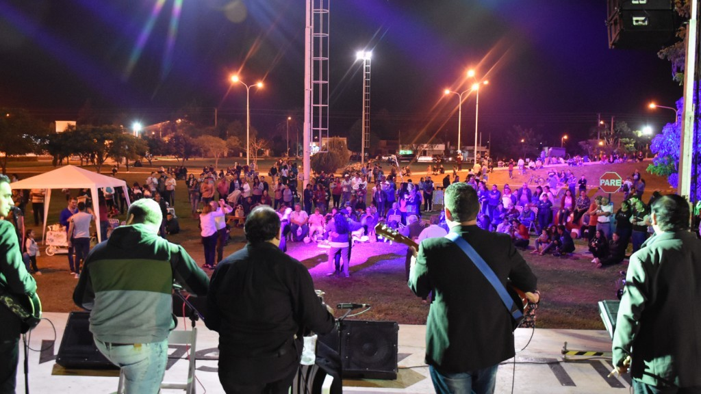 Gran acompañamiento del público en el evento A Puro Chamamé