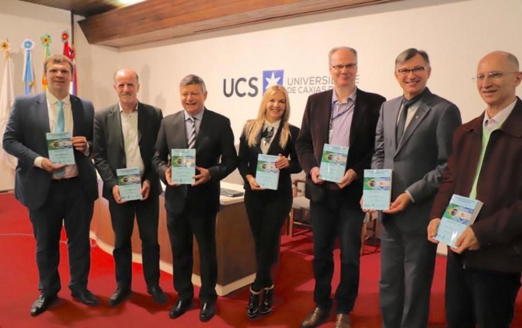 Peppo presentó un libro sobre políticas públicas provinciales