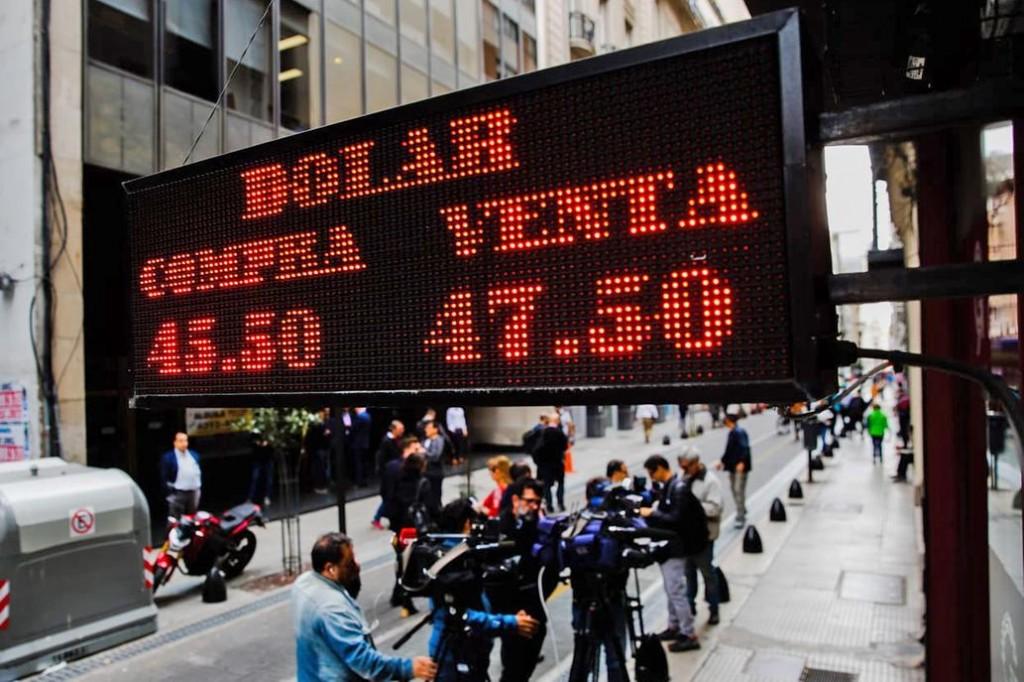 Dólar hoy. Se vende por encima de $46 y el riesgo país supera los 1000 puntos