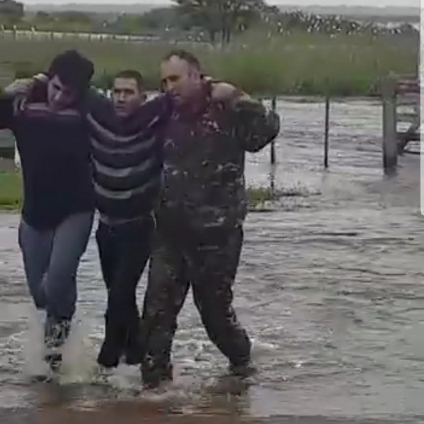 UN HOMBRE CAYÓ EN UN CANAL Y LO SALVARON DE MILAGRO