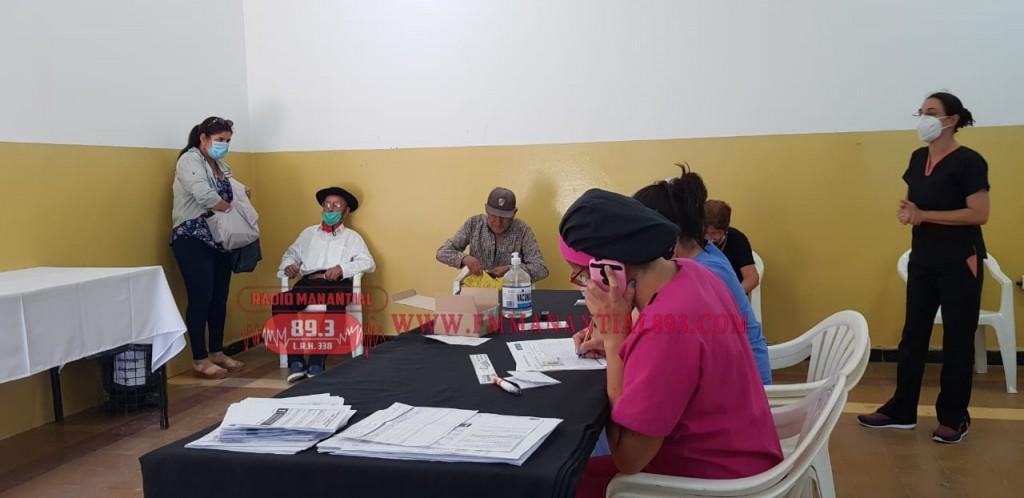 Villa Ángela: Gustavo Herrera, Director de Zona Sanitaria destacó  el normal desarrollo y  gran afluencia de la comunidad para recibir la Vacuna contra el Covid-19