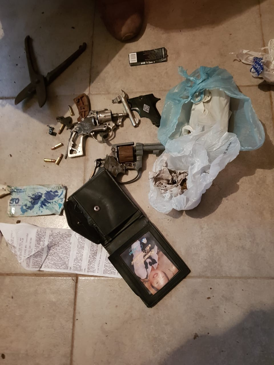Incautaron dos Pistolas y Marihuana en Allanamiento
