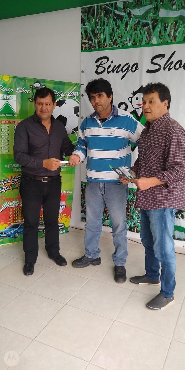 Entrega del premio al ganador en el sorteo de la 3er. cuota del Bingo por lo Pibes del Club Avenida de Villa Ángela