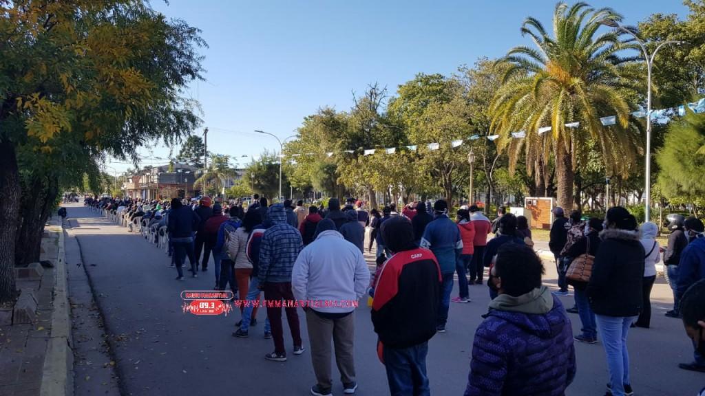Villa Ángela: LARGAS FILAS PARA EL COBRO DE LA IFE: Hoy con terminación 5
