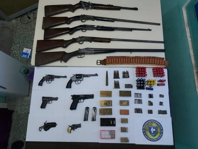 Esta mañana en Resistencia: la Policía allanó una finca por una causa de robo y secuestró una gran variedad de armas
