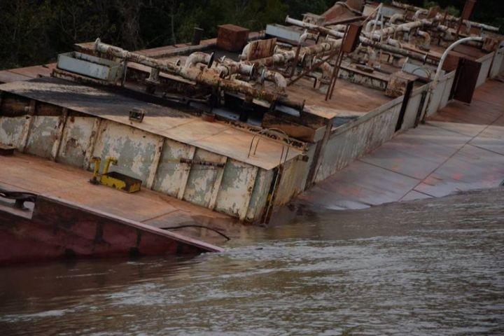 Barcaza sobre el Paraná: