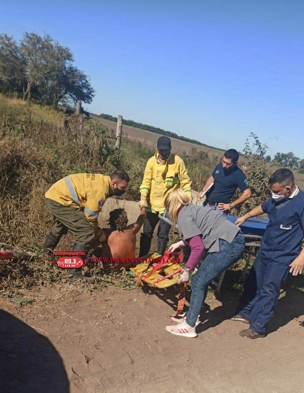Villa Ángela: Bomberos Rescatan a una persona de un Canal de Agua