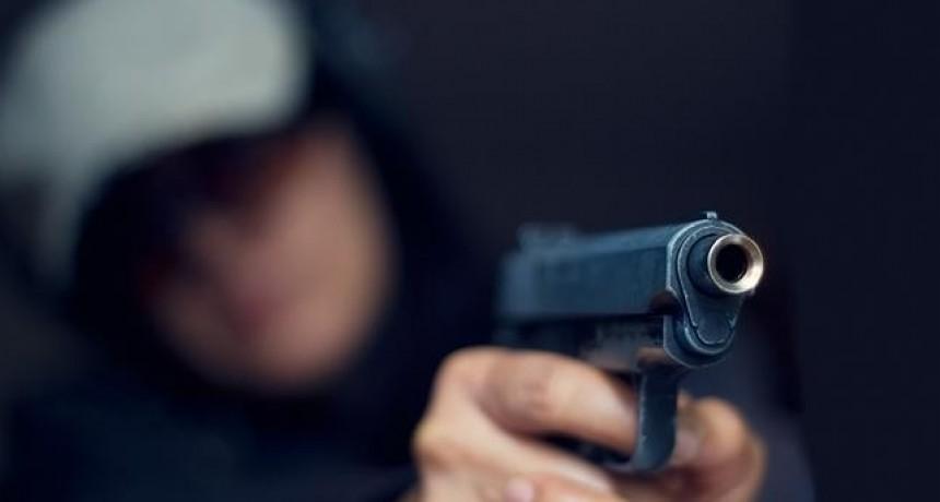LES ROBARON $13.000, 4 DELINCUENTES CON ARMAS DE FUEGO, EN LA PUERTA DE SU CASA