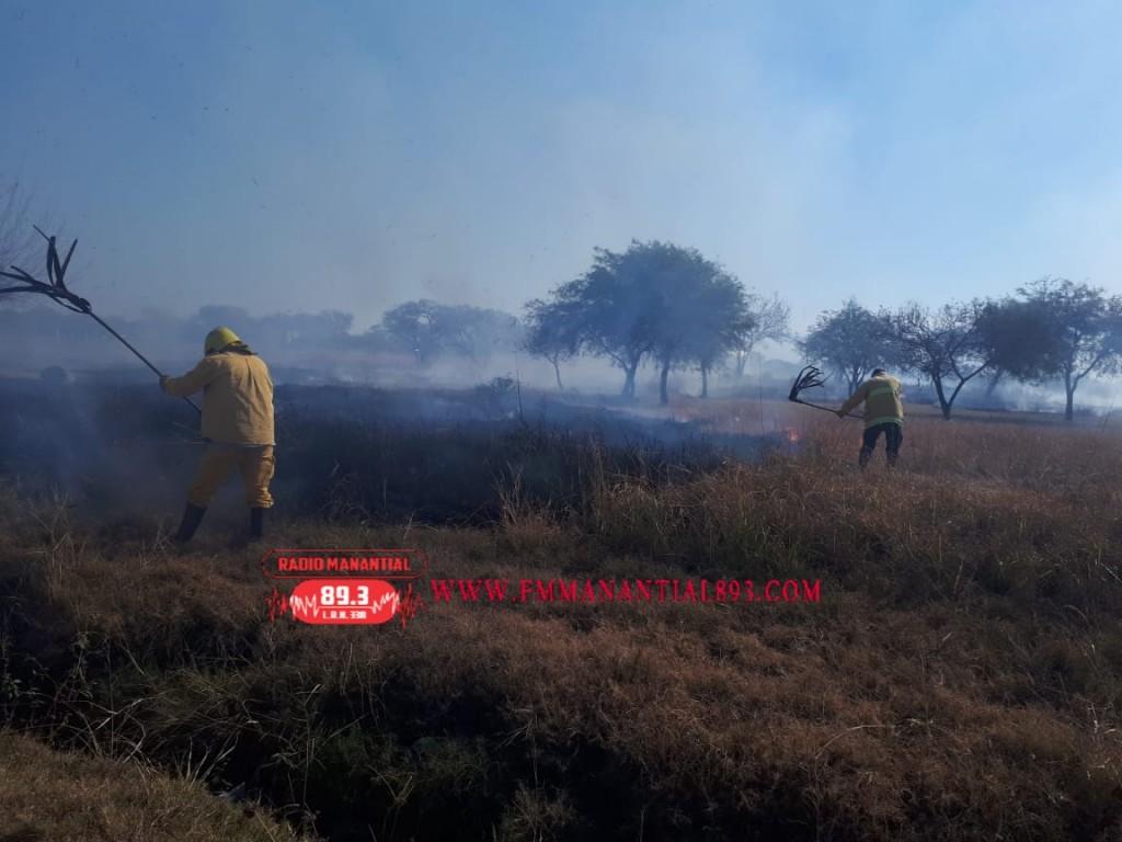 Villa Ángela: BOMBEROS INTERVIENEN UN INCENDIO EN UN TERRENO DE 100 Mts.2