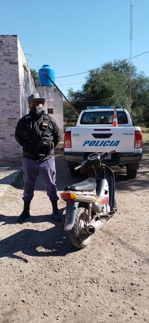 Villa Ángela: En recorrido preventivos el Departamento Seguridad Rural halló una Motocicleta abandonada y oculta entre las malezas