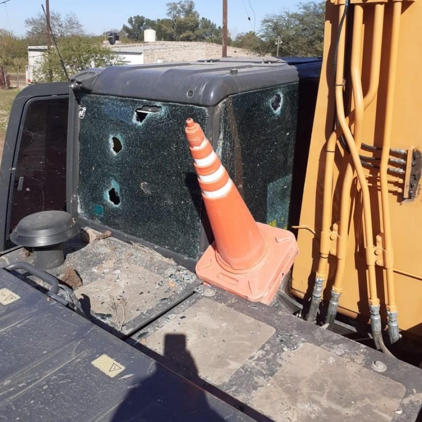 Atacaron a ladrillazos al maquinista que operaba la excavadora en el Lote 20