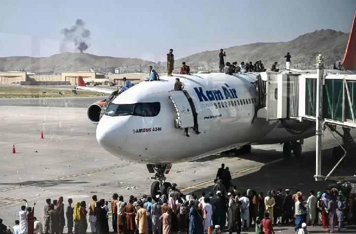 Drama en Afganistán: intentaron viajar colgados de un avión para huir de los talibanes y cayeron desde el aire