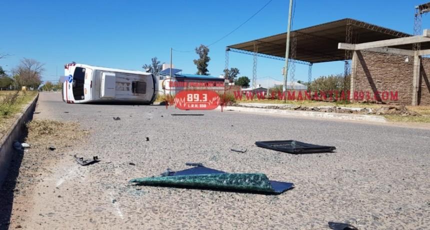 Villa Ángela: ACCIDENTE DEJÓ UNA MERCEDES SPRINTER VOLCADA A MITAD DE LA CALLE