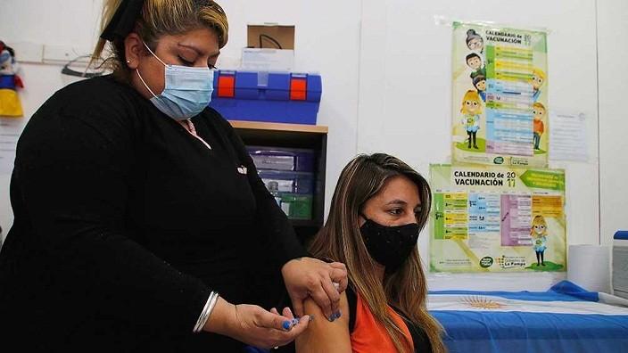 AVANZA EL PLAN DE VACUNACIÓN EN EL PAÍS - Cerca de nueve de 10 argentinos mayores de 18 tiene al menos una dosis contra la COVID-19