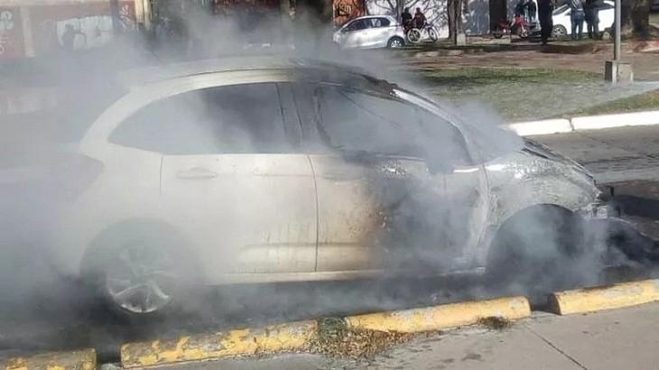 Un auto se prendió fuego, con pérdidas casi totales
