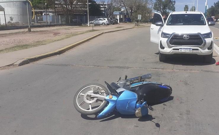 Villa Ángela: Una mujer y su hijo fue Trasladada al Hospital tras el Choque entre una Moto y una Camioneta