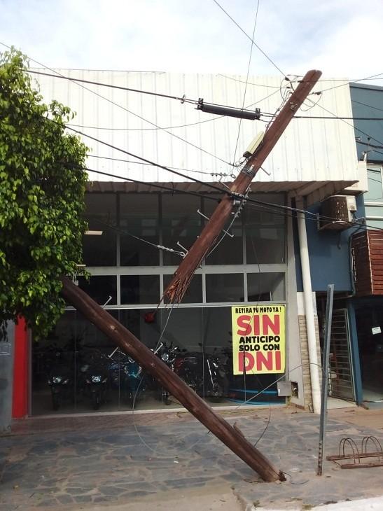 Villa Ángela: En pleno centro un Camión Produjo daños en el  tendido de la red de Cables Eléctricos,  Telefónicos y  poste de madera