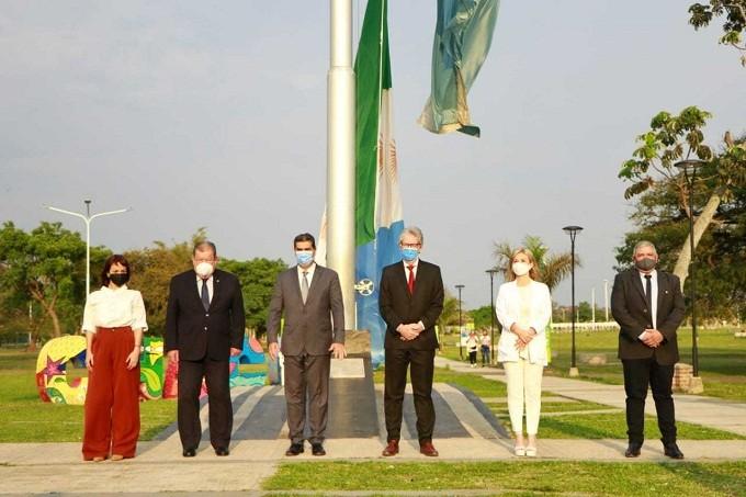 NUEVO ANIVERSARIO - Capitanich encabezó el izamiento de la bandera del Chaco en su 14º aniversario