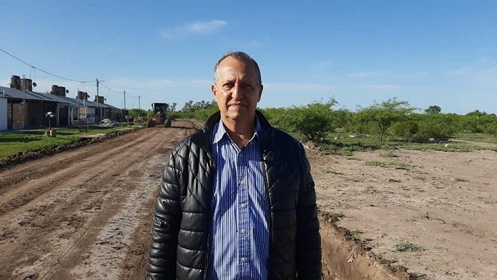 Villa Ángela: El Intendente Papp Supervisó el Avance de la Colocación de Ripio en el Barrio Judicial