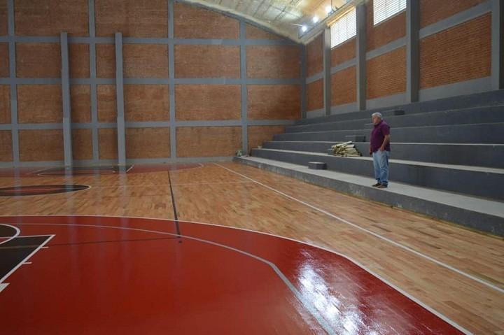 San Bernardo: Finalizó la Colocación del Piso de Parquet del Estadio Cubierto  del Club Unión
