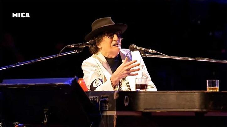 JUNTO A FITO PÁEZ, HILDA LIZARAZU Y OTROS MÚSICOS - Momento de máxima emoción: en su cumpleaños, Charly cantó en el escenario del CCK